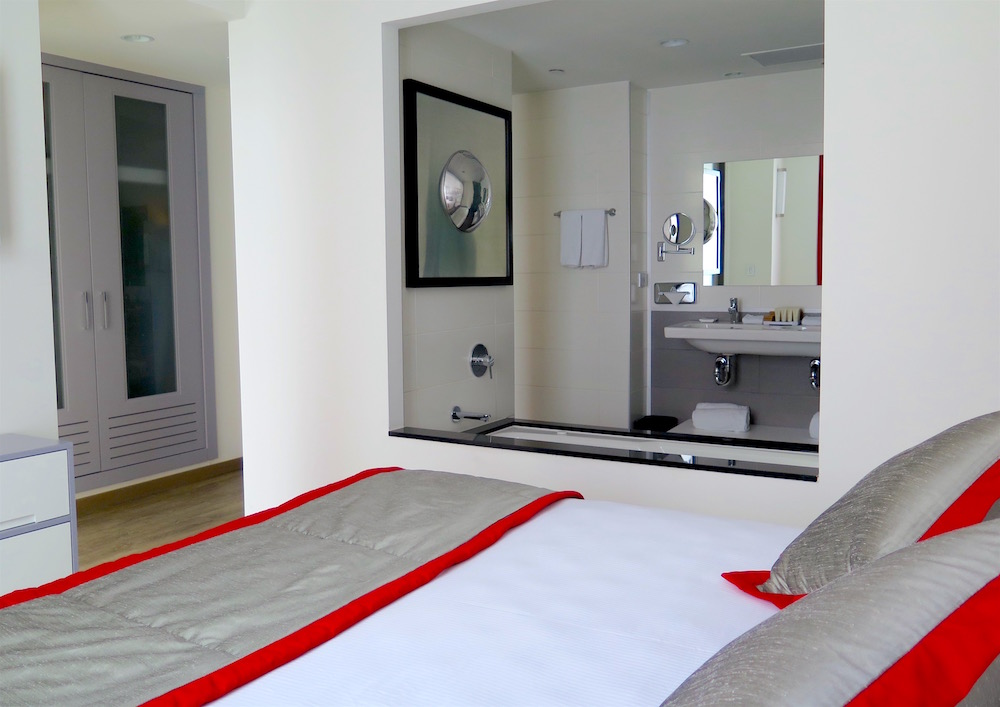 The Presidential Suite master bedroom with hydromassage soaking tub ©MRNY